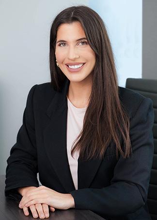 Alexandra Hershorn sentada en la sala de conferencias - Abogada Florida - imagen